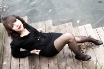 Photo femme pose bord rivière