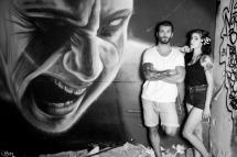 Photo street couple devant mur taggué urban