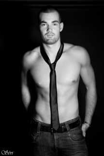 Photo homme studio fond noir mannequin