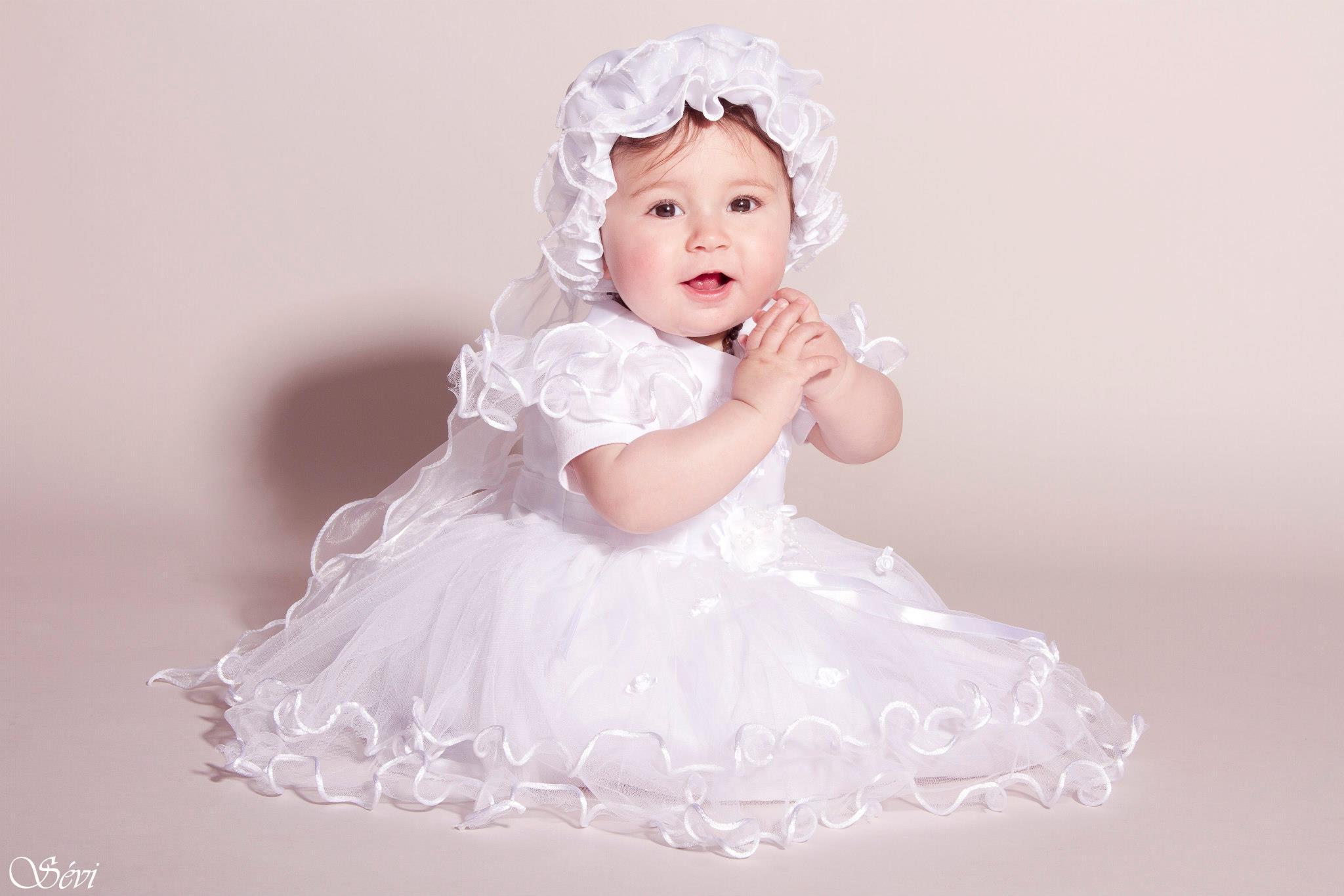 Photo enfant petite fille robe baptême studio