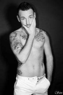 Photo homme solo fond noir studio mannequin tatouage