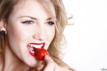 Photo portrait femme croque fraise