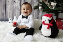Photo enfant noël costume pingouin pomme de pin