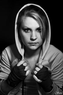 Photo portrait femme boxeuse studio fond noir