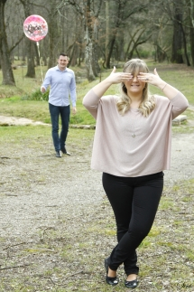 photo couple homme au fond avce ballon femme devant cache ses yeux